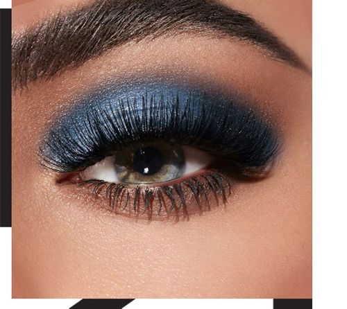 Dark blue makeup: high-impact elegance